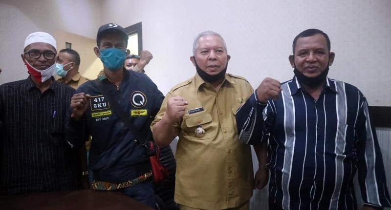 Bupati Safrial Mediasi Dengan Perwakilan Pendemo di Ruang Kerja Bupati, (FOTO/Humas Setda, Senin 29/06/20).