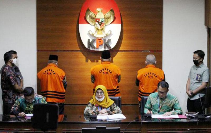 Wakil Ketua KPK Lili Pintauli Siregar (tengah) memberikan keterangan pers terkait penahanan mantan anggota DPRD Jambi di Gedung KPK. (FOTO : Istimewa, Selasa 30/06/20).