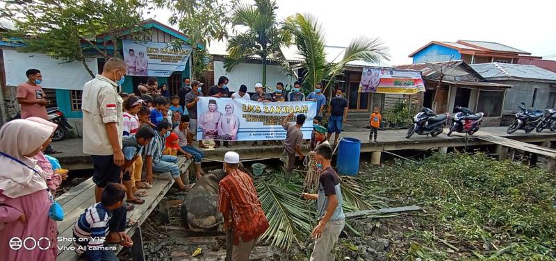 Pemotongan Hewan Qurban Keluarga Bupati Safrial di Kampung Nelayan. (FOTO : MCSafrial/JabmbinetID)