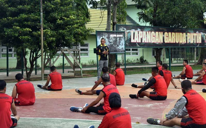 Danrem 042/Gapu Brigjen TNI M. Zilkifli, Memberikan Pengarahan Kepada Seluruh Anggota Makorem Sehabis Melaksanakan Olahraga Rutin di Lapangan Basket Garuda Putih, Makorem 042/Gapu. (FOTO : Rem/JambinetID, Selasa 11/08/20).