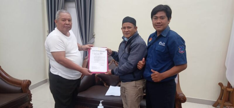 Bupati Tanjab Barat Dr. H. Safrial Memberikan Surat Dukungan Kepada Ketua Umum FHT Hendra Novariadi, S.Kom. (FOTO : JambinetID, Selasa 04/08/20).