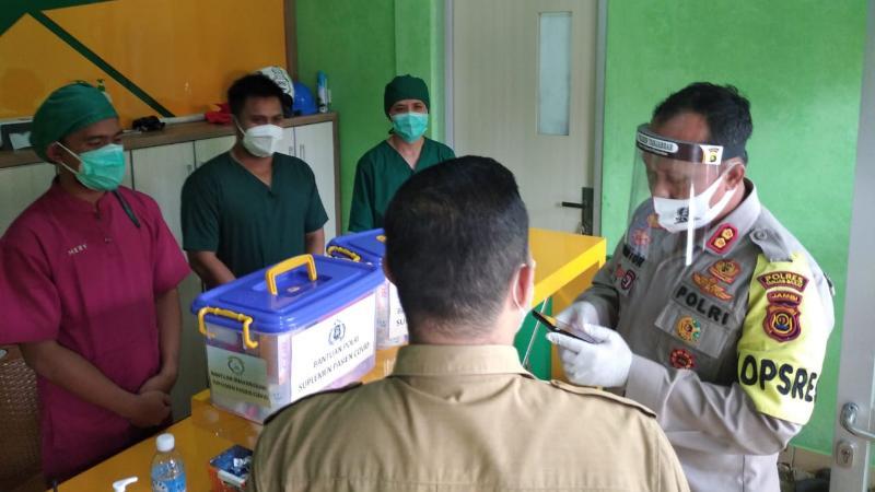 Kapolres Tanjab Barat AKBP Guntur Saputro, SIK, MH Menyerahkan Bantuan Vitamin Kepada Direktur RSUD KH. Daud Aruf dr. H. Elfry Syahril, MARS. (FOTO : JambinetID, Selasa 18/08/20).