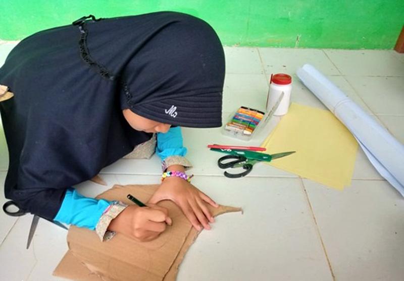 Kreativitas Anak Mengolah Kardus. FOTO : JambinetID/Tanoto