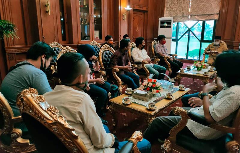 Pengurus Serikat Media Siber Indonesia (SMSI) Provinsi Jambi Saat Silaturrahmi dengan Gubernur Jambi Fachrori Umar di ruang kerja Gubernur. FOTO : SMSI/JambinetID