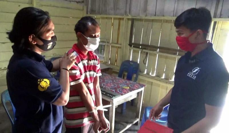 Pelaku yang diamankan Polisi di Kediamannya di Betara III Desa Pematang Lumut. [FOTO : JambinetID/Restjb]