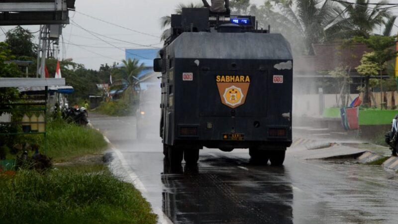 Mobil Water Canon / AVC Polres Tanjab Barat Melakukan Penyemprotan Disinfektan disekitar di Rumah Sakit Umum Daerah (RSUD) KH. Daud Arif. (FOTO : JambinetID, Selasa 18/08/20)