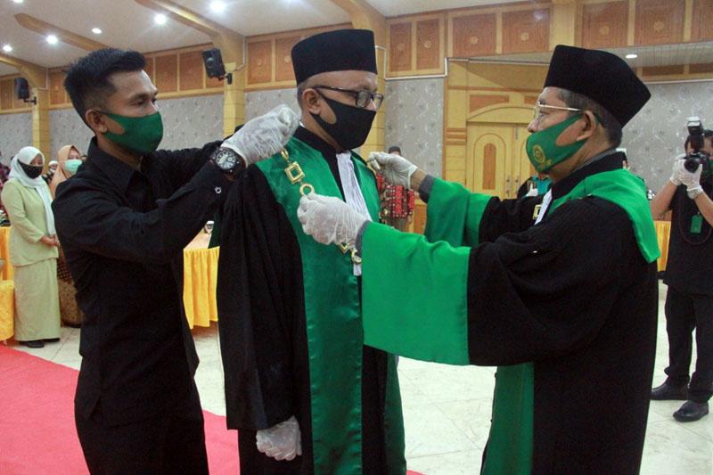 Ketua Pengadilan Tinggi Agama Jambi, Dr. Drs. H. Busri Harun, M. Ag, memimpin Sidang Istimewa PTA Jambi, dalam rangka Pelantikan dan Pengambilan Sumpah Jabatan Ketua Pengadilan Agama Kuala Tungkal dari pejabat lama Imam Masduqi, S. Ag, SH, MHES, kepada pejabat baru Zakaria Ansori, SHI, MH, bertempat di Balai Pertemuan (Gedung Pola) Kuala Tungkal, Tanjab Barat. (FOTO : JambinetId, Kamis 13/08/20).