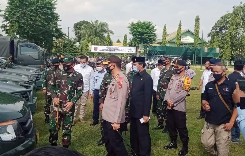 Panglima Kodam II/Sriwijaya Mayjen TNI Agus Suhardi mengecek Kesiapan Sarana Pendukung Pengamanan Pilkada 2020 di Makorem 042/Gapu Jambi. [FOTO : JambiNET/Korem]