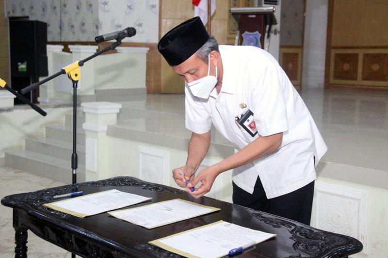 Sekretaris Daerah Ir. H. Agus Sanusi, M.Si Pimpin Apel Ikrar Netralitas pada Pilkada Serentak 2020 di Balai Pertemuan Kantor Bupati. [FOTO : JambiNET/HMS]