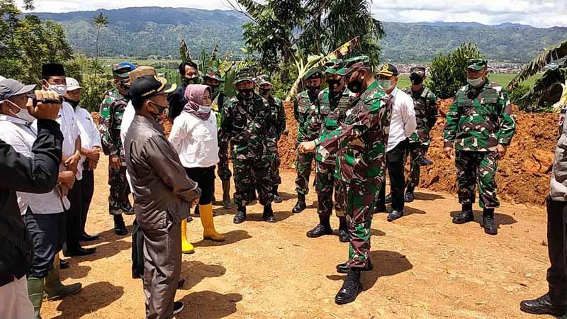 Bupati Kerinci, H. Adirozal bersama Danrem 042/Gapu Brigjen TNI M. Zulkifli Ketika Mengunjungi Lokasi TMMD. [FOTO : JambiNET/REM042]