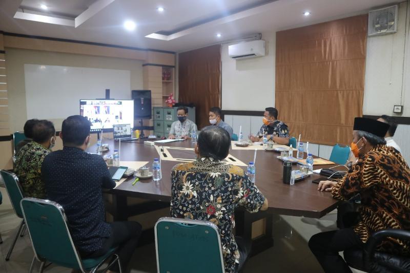 Sekretaris Daerah Ir. H. Agus Sanusi, MSi Saat Rakor Pilkada dan Penanganan Covid-19 melalui VC bersama Pjs Gubernur Jambi di Ruang Rapat Bupati. [FOTO : JambiNET/Hms]
