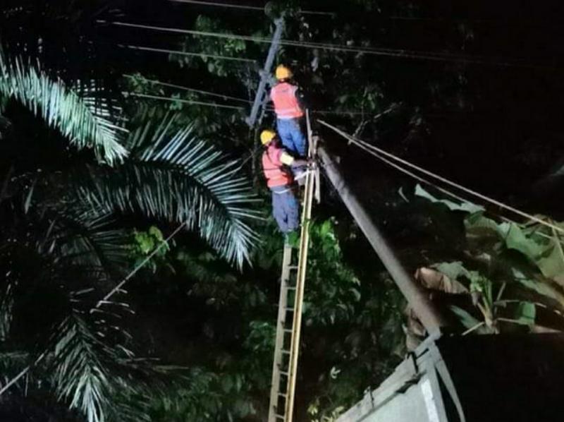 Petugas PLN Tengah Melakukan Perbaikan Malam Ini agar Bisa Menyala Normal. [FOTO : JambiNET/PLN]