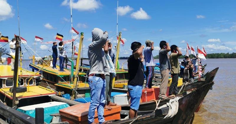 Nelayan di Kuala Tungkal Saat Mengikuti Upcara HUT RI ke 75 di Laut. [FOTO : JambiNET]