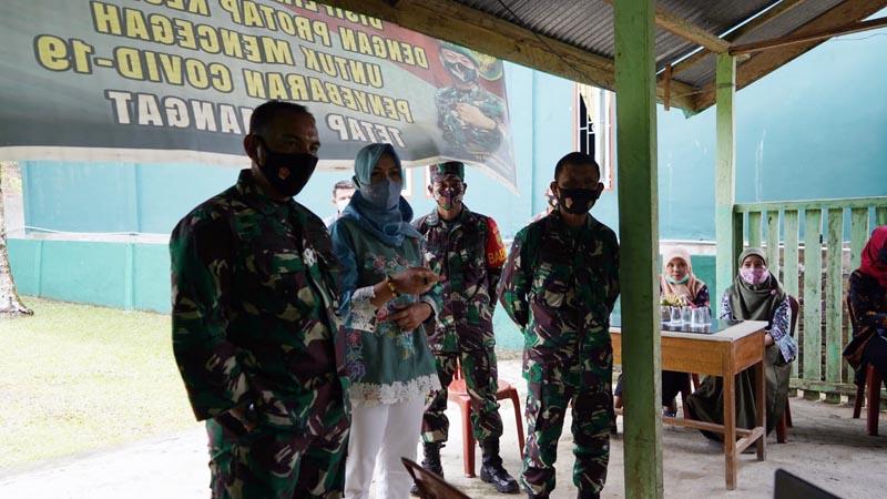Danrem 042/Gapu Brigjen TNI M. Zulkifli didampingi Ketua Persit KCK Koorcab Rem 042 PD II/Swj Ny. Dewi Zulkifli meninjau pelaksanaan program BEDIL. [FOTO : JambiNET/REM042]