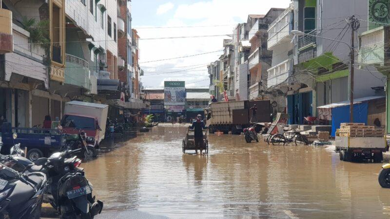 Salah Satu Ruas Jalan di dalam Kota Kuala Tungkal jalan Asia digenangi Air Dalam. [FORO : JambiNET]