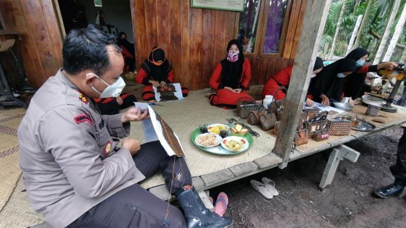 Kapolres Tanjab Barat AKBP Guntru Saputro, SIK, MH Saat Mempraktikan Menyulam Batok Kelapa Menajdi Tas. [FOTO : JambiNET/RES]