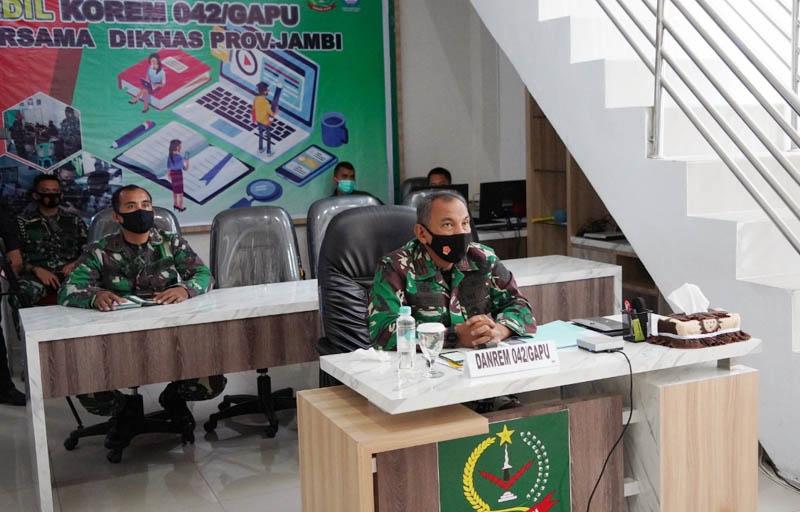Danrem 042/Gapu, Brigjen TNI M. Zulkifli Saat Mengikuti Pelatihan Kehumasan via Daring. [FOTO : JambiNET/REM042]