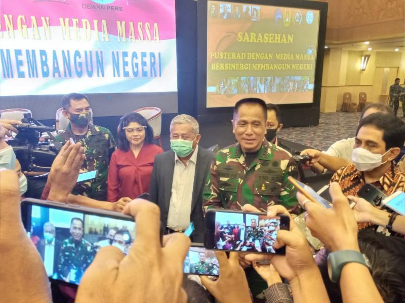 Danpusterad Letnan Jenderal TNI R Wisnoe Prasetja Boedi saat memberikan sambutan dan membuka Sarasehan Pusterad dengan Media Massa di Hotel Horison Bekasi, Jawa Barat, Rabu, 18 Nopember 2020. [FOTO : JambiNET/REM042]