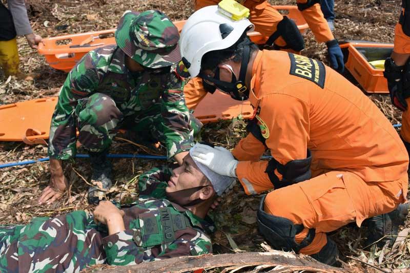 Personil Memperagakan Beberpa Materi Latihan Penanggunalan Bencana. [FOTO : JambiNET/REM042]