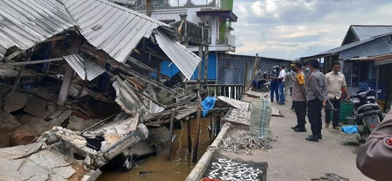 Kapolres Tanjab Barat AKBP Guntur Saputro, S.IK, MH Meninjau Bangunan Eks Pasar Kuatik Kuala Tungkal Ambruk ke Laut. [FOTO : JambiNET]