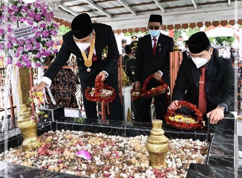 Wali Kota Jambi Dr. H. Syarif Fasha menjadi Inspektur Upacara Peringatan Hari Pahlawan. [FOTO : JambiNET/HMS]