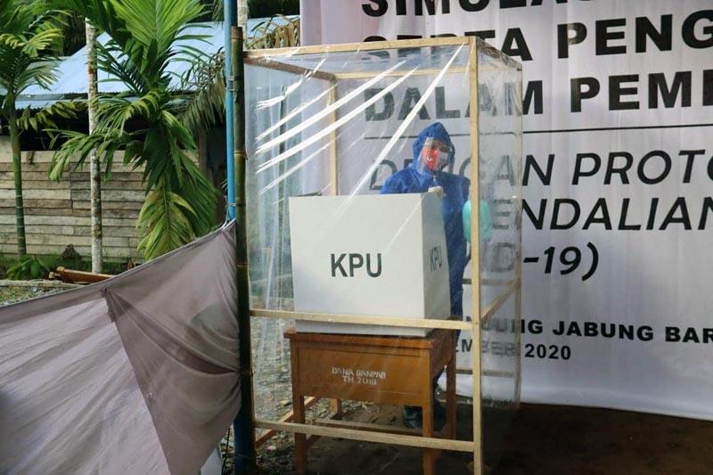 GAMBAR : Pelaksanaan Simulasi Penerapan Protokol Kesehatan pada Hari Pencoblosan oleh KPU Tanjab Barat di Kecamatan Betara. [FOTO : JambiNET/IG KPU Prov Jambi]