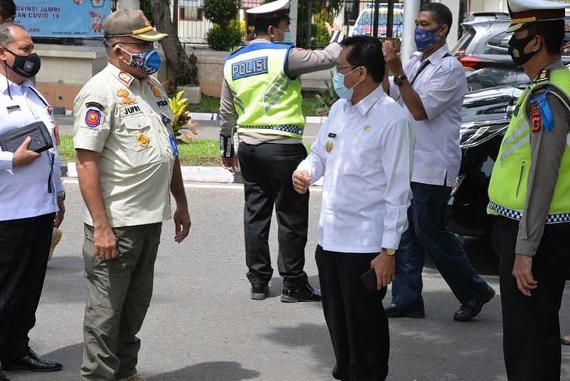 FOTO : Penjabat sementara (Pjs) Gubernur Jambi Ir. Restuardy (Ardy) Daud, MSc meninjau pelaksanaan Operasi Zebra 2020 di depan Kantor Satpol PP Provinsi Jambi, Telanaipura, Rabu (04/11/20).