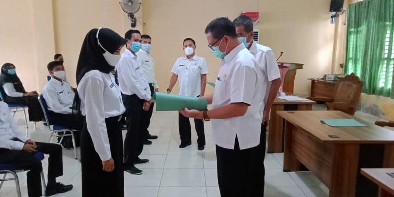 Kepala BKPSDM Kabupaten Tanjung Jabung Barat, H. R. Gatot Suwarso, SH, MM Saat Menyerahkan SK kepada Salah Satu CPNS. [FOTO : JambiNET]