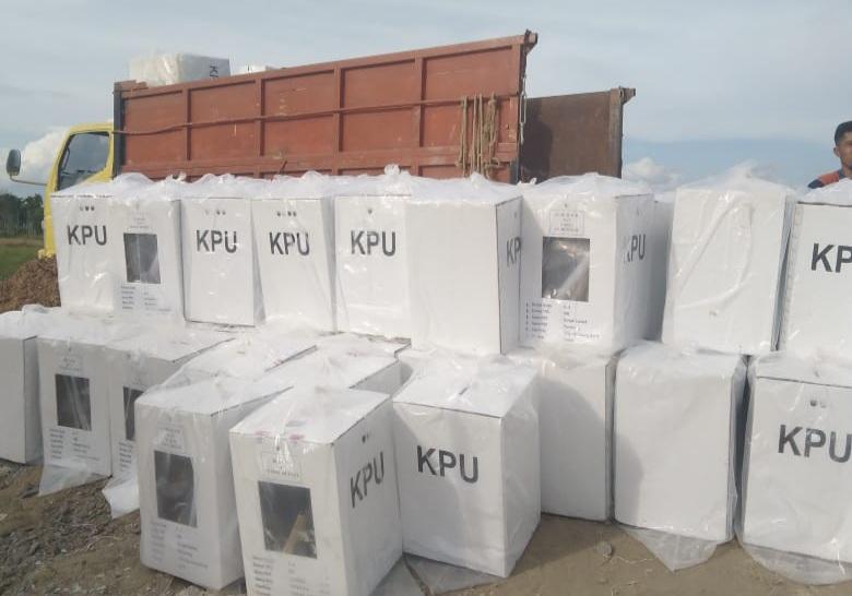 Kotak Suara Pilkada dari PPK dikembalikan ke KPU Tanjab Barat. [FOTO : JambiNET]