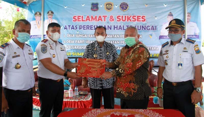 Bupati Tanjung Jabung Barat, Dr. H. Safrial didampingi Wakil Bupati Drs. H. Amir Sakib Pada Acara Resmikan Tiga Unit Halte Sungai. [FOTO : JambiNET/HMS]