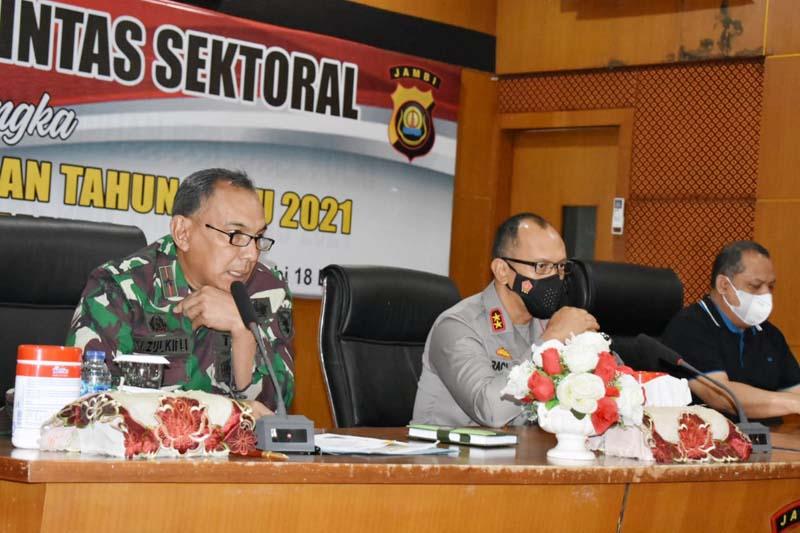 Danrem 042/Gapu Brigjen TNI M. Zulkifki Ketika Menghadiri Rapat Koordinasi lintas Sektoral menjelang Hari Natal dan pergantian Tahun Baru 2021 di Aula Sigenjai Mapolda Jambi