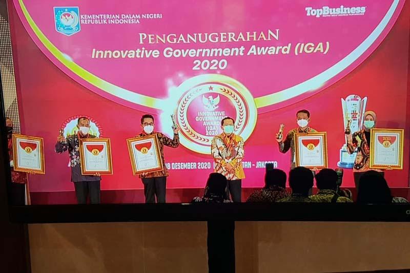 Wakil Bupati Tanjab Barat Drs. H. Amir Sakib Saat Menerima Penghargaan Innovative Government Award 2020. [FOTO : JambiNET/IM]