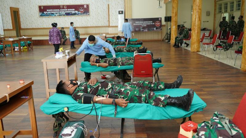 Donor Darah Korem 042/Gapu Jambi bekerjasama dengan Denkesyah 02.04.02 Jambi, PMI Provinsi Jambi. [FOTO : JambiNRT/REM042]
