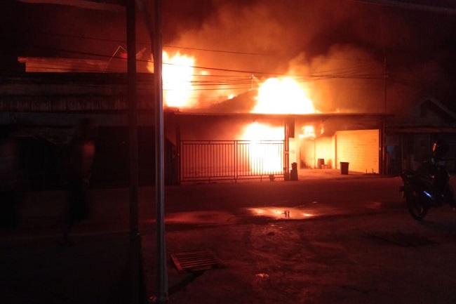 FOTO : Saat Api Berkobar Memakan Wisma Abu di Tembilahan/Ist/Gatra