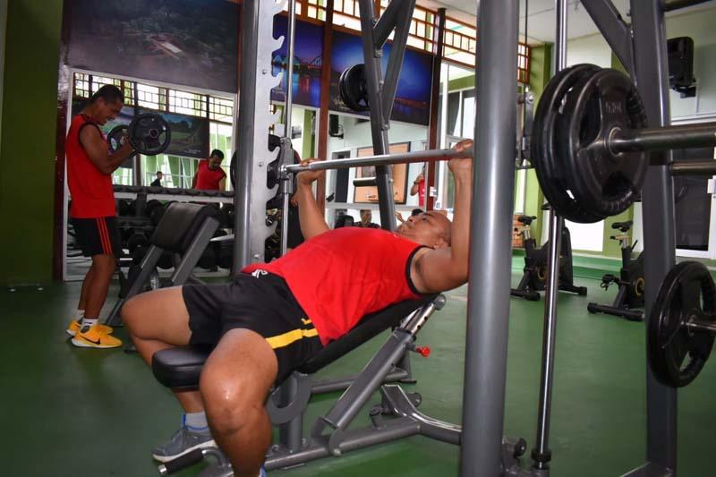 Prajurit Korem 042/Gapu Tengah Melaksanakan Fitnes di Makorem Jambi. [FOTO : JambiNET/REM042]