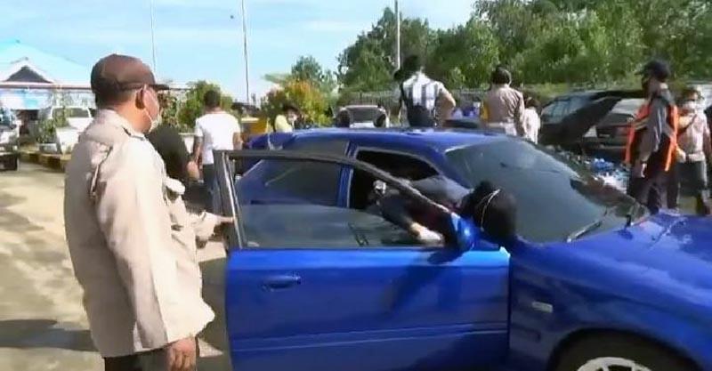 Petugas Kepolsisian Polres Tanjung Jabung Barat Mengamankan dan Melakukan Pemeriksaan Mobil Mobil Sedan Diduga Ilegal di Pelabuhan Roro. [FOTO : JambiNET/AM]