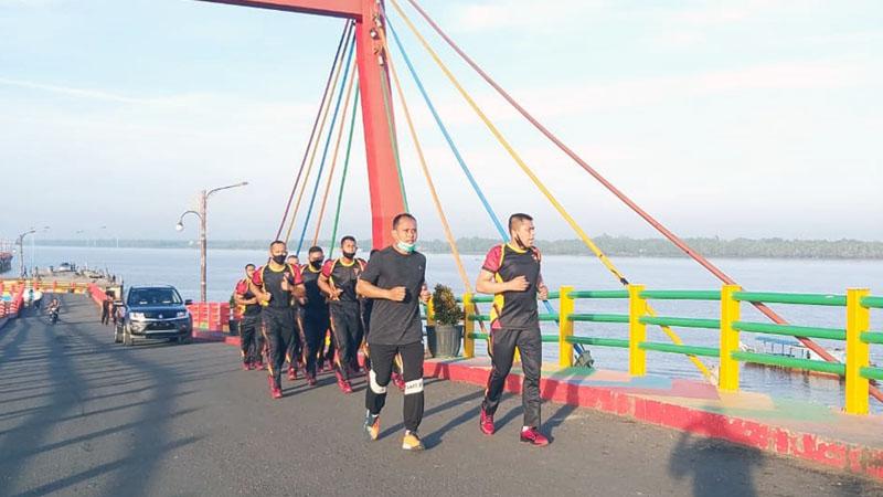 Kapolres Tanjab Barat AKBP Guntur Saputro, SIK, MH lakukan olahraga lari bersama BKO Brimob Polda Aceh. [FOTO : JambiNET/RES]