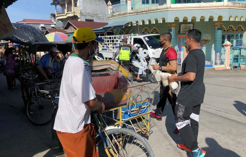 Pemberian Semkabo oleh Kapolres Tanjab Barat AKBP Guntur Saputro, SIK, MH bersama BKO Brimob Polda Aceh Pada Abang Becang di Kuala Tungkal. [FOTO : JambiNET/RES]