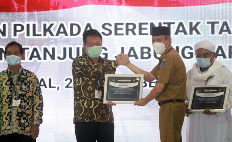 Ketua Yayasan Budi Hartono Kusuma Menerima Penghargaan diserahkan oleh Sekda H. Agus Sanusi pada Acara Evaluasi dan Konsolidasi, Penyelenggaraan Pilkada Serentak Tahun 2020. [FOTO : JambiNET/Ist]