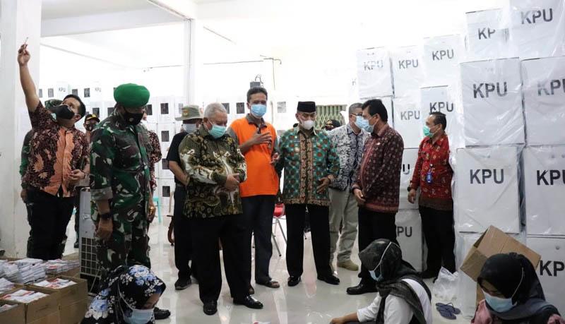 js Gubernur Jambi, Ir Restuardy Daud dan Danrem 042/Gapu Brigjen TNI M. Zulkifli meninjau pos pengamanan gudang logistik Komisi Pemilihan Umum (KPU) Tanjab Barat di Jalan Sri Soedewi Kuala Tungkal. [FORO : JambiNET/HMS]