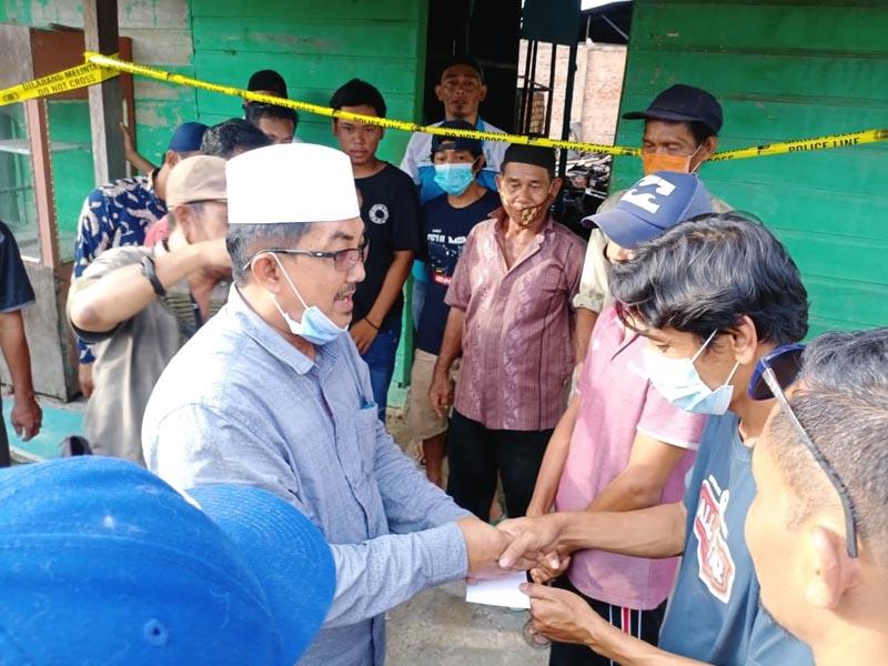 KH. Anwar Sadat (UAS) mengunjungi lokasi dan korban kebakaran yang diterjadi di Jalan Elang RT 06 Kelurahan Sriwijaya. [FOTO : JambiNET/MA]