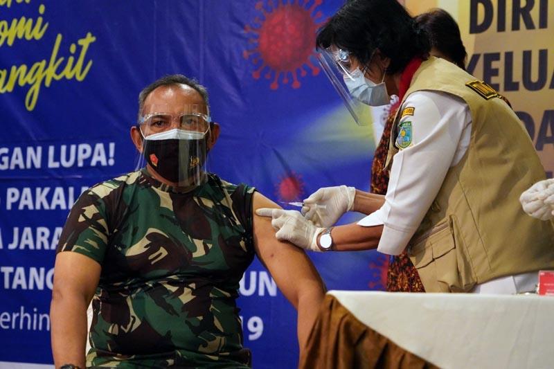 Danrem 042/Gapu Brigjen TNI M. Zulkifli hari ini jadi orang yang pertama di vaksin Covid-19 dalam acara Pencanangan Vaksinasi Covid-19 tingkat Provinsi bersama Forkopimda di Rumah Dinas Gubernur Jambi. [FOTO : JambiNET/REM042]
