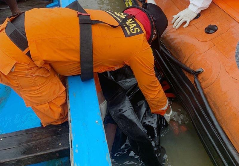 Tim SAR Gabungan Melakukan Evakuasi Korban di Perairan Kuala Kerang. [FOTO : JambiNET/BASARNAS]