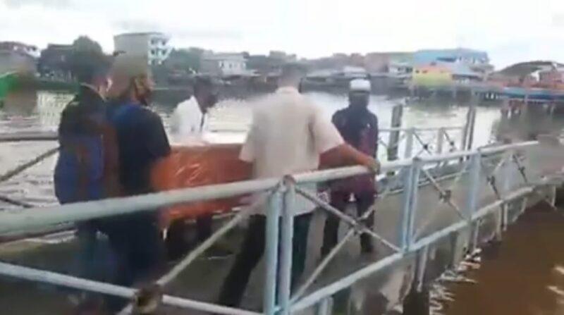 Tampak Warga Menggoyong Peti Jenazah di Pelabuhan Marina Kuala Tungkal. [FOTO : Tangkapan Layar Video Beredar Dimedsos]