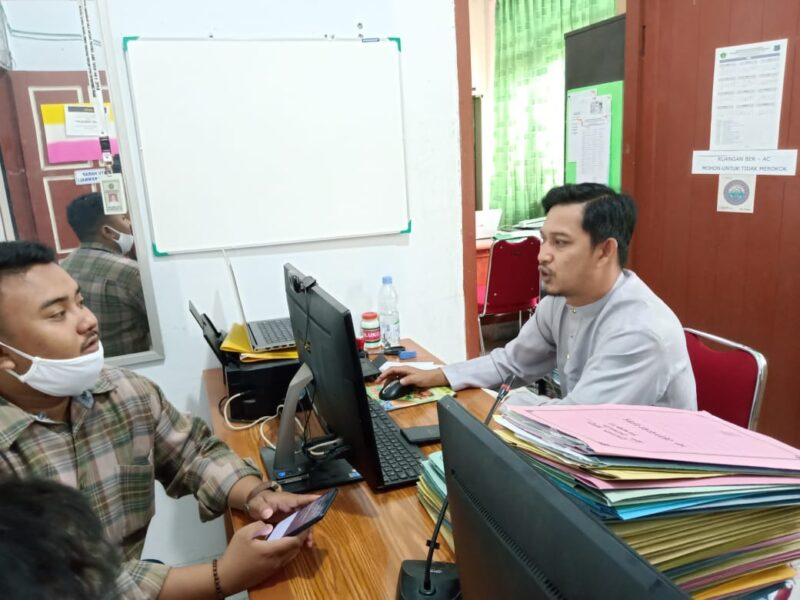 Ikbal, Operator Sistem Komputerisasi Haji Terpadu di Kemenag Kabupaten Tanjabbar. [FOTO : JambiNET/Ist]