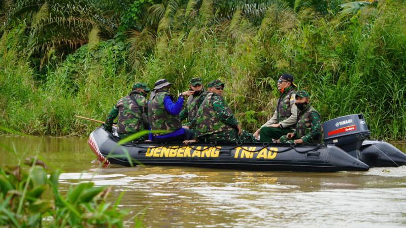 Danrem 042/Garuda Putih Brigjen TNI M. Zulkifli bersama Kepala Dinas Kehutanan dan Kepala BPBD Saat Menyusuri Sungai Kumpeh melintasi Kec. Kumpe Ulu dan Kec. Kumpe Ilir Kab. Muaro Jambi. [FOTO : JamhiNET/REM042]