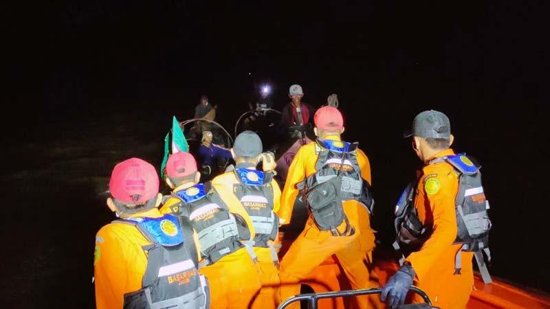 Unit Siaga SAR Kuala Tungkal Memberikan Pertolongan pad Nelayan yang Mati Mesin di perairan Kuala Tengah. [FOTO : JambiNET/BAsarnas]
