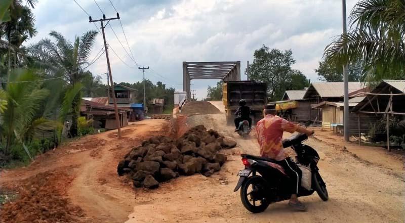 Pembangunan proyek jembatan di desa Suak Samin, Kecamatan Pengabuan, Kabupaten Tanjung Jabung Barat disorot. [FOTO : JambiNET/Ist]