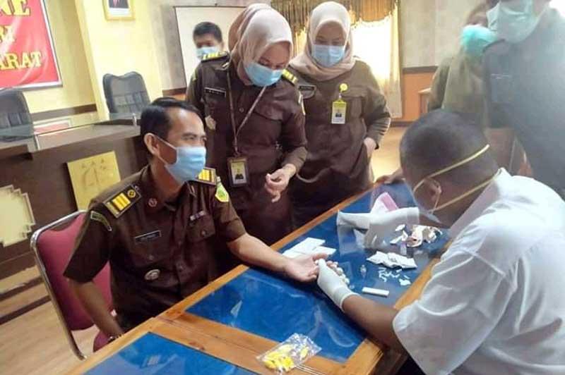 Pegawai Kejaksaan Negeri Tanjung Jabung Barat Ikuti Rapid Test Covid-19. [FOTO : JambiNET]
