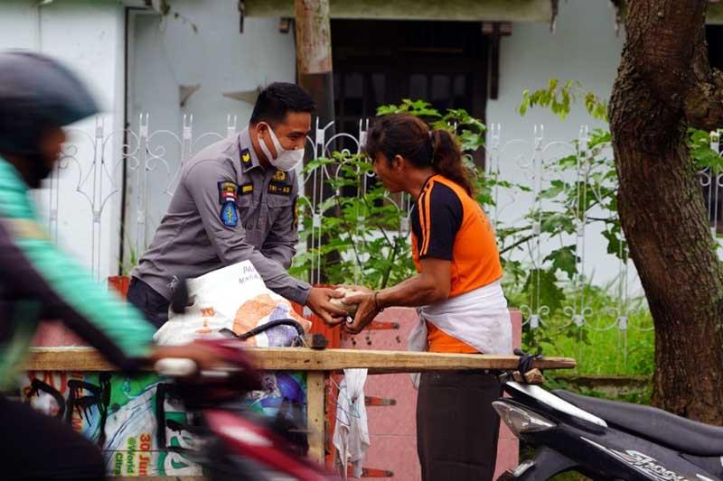 Penrem 042/Garuda Putih Melakukan Kegiatan Bagi-Bagi Nasi Bungkus Kepada Warga Kurang Mampu Diseputaran Kota Jambi. [FOTO : JambiNET/REM042]